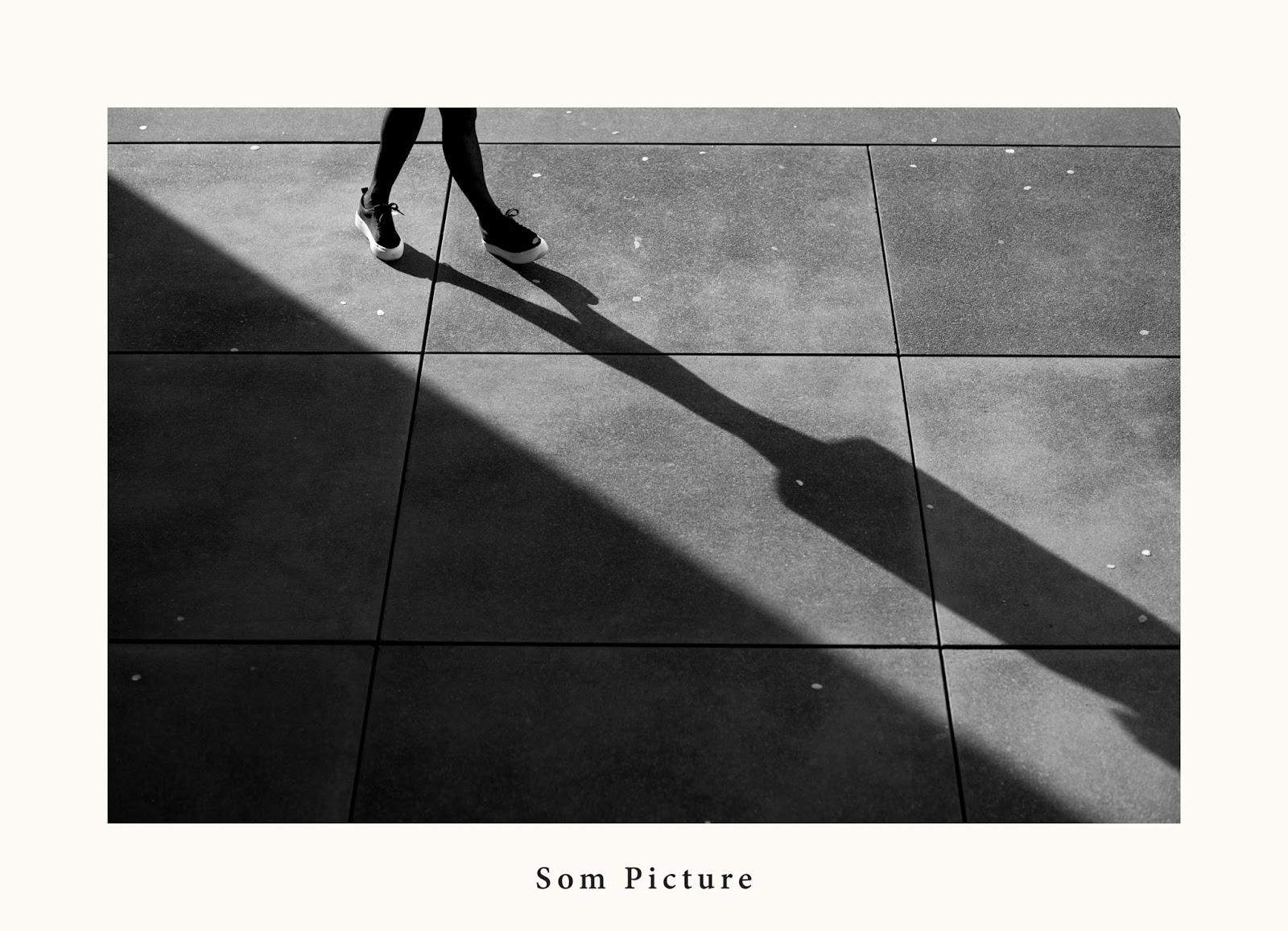 fashion blogueuse, street style, noir et blanc, lignes et lumière en photograhie basket pull and bear