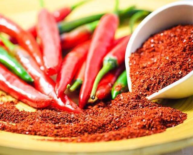 Ăn nhiều đồ cay nóng khiến lượng huyết trắng tiết ra có mùi khó chịu