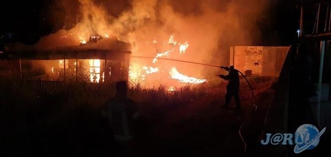 Homem morre carbonizado em residência que pegou fogo