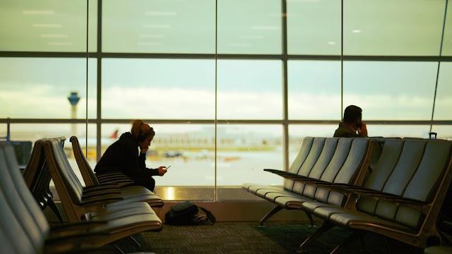 ¿Qué amenaza esconde cargar dispositivos electrónicos en los enchufes USB de los aeropuertos?