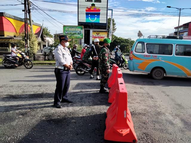 Posko Pengalihan PPKM Level lV Personel Kodim 0207/Simalungun Di Jalan Persimpangan Jalan Ahmad Yani