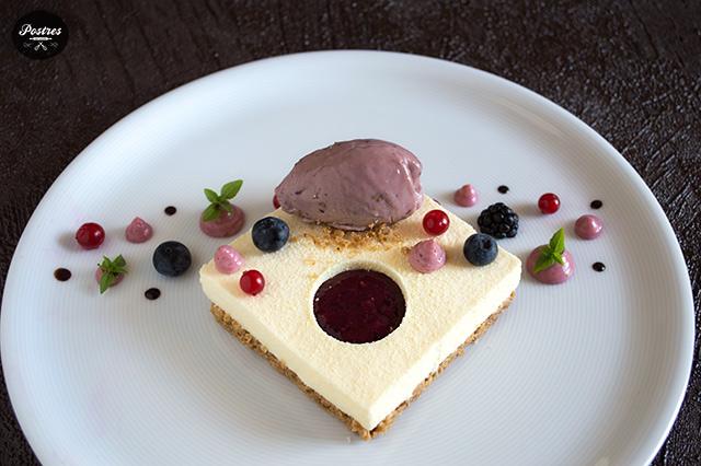 Receta elegante de postre en plato de Bavaroise de Mascarpone y Frutos Rojos