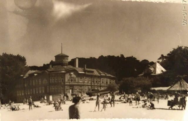 1968 год. Юрмала. Майори. На пляже возле Курортной поликлиники (бывшей купальни Э. Рацен) (фото из архива: Нина Дьяченко (Везинг))