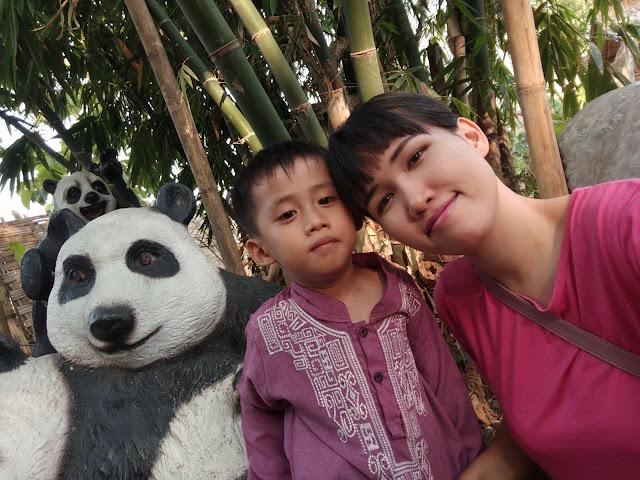 foto-selie-bersama-panda-dan-bambu-di-restaurant-kocokin-pare-kediri