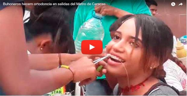 Solo en Venezuela se enderezan los dientes en plena salida del Metro