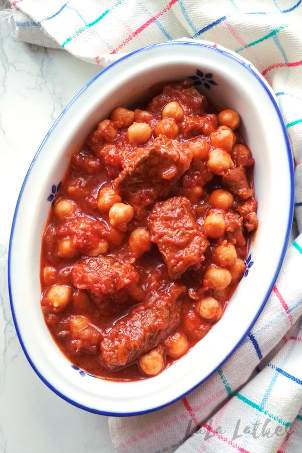 Говядина с нутом в томатном соусе