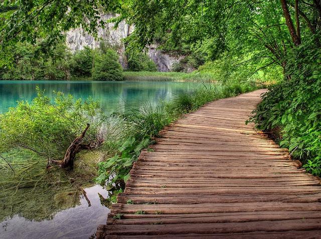جولة سياحية أجمل البلاد مستوى العالم كرواتيا بليتفيتش Plitvice-NP-walkway.jpg