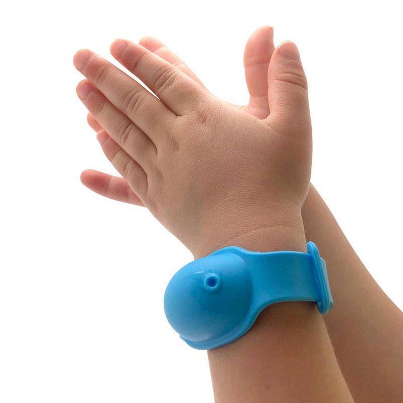 Esta pulsera es la solución para que los niños mantengan las manos libres del virus