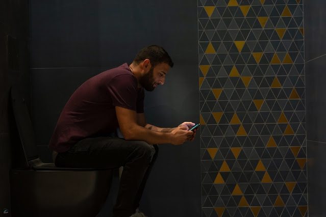 3 Reasons Why You SHOULD Stop Using Your Phone In The Toilet