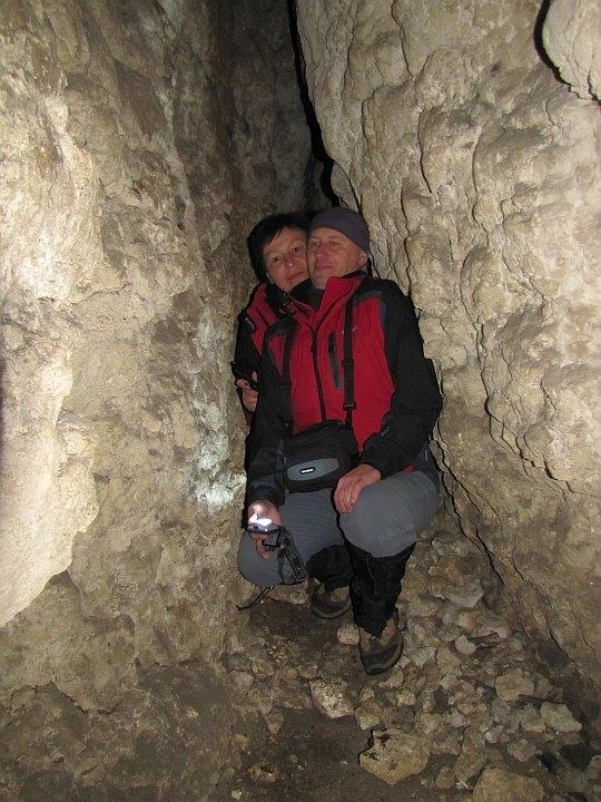 W jaskiniowej szczelinie.