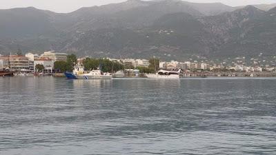 ΔΟΥΛΕΜΠΟΡΙΚΟ πλοίο με τους 182 μετανάστες και πρόσφυγες στην Καλαμάτα