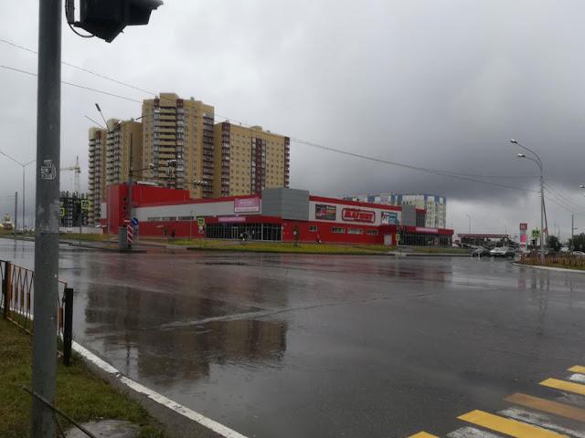 Фото с видом здания со стороны перекрёстка