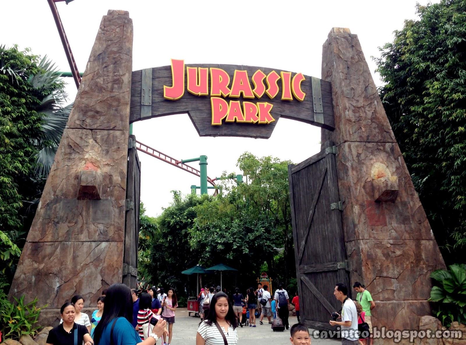 "Entree Kibbles: ""Live"" Raptor @ Universal Studios Singapore"