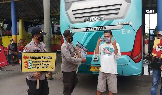 Cegah Covid-19, Polda Banten Bagikan Ribuan Masker Kepada Masyarakat