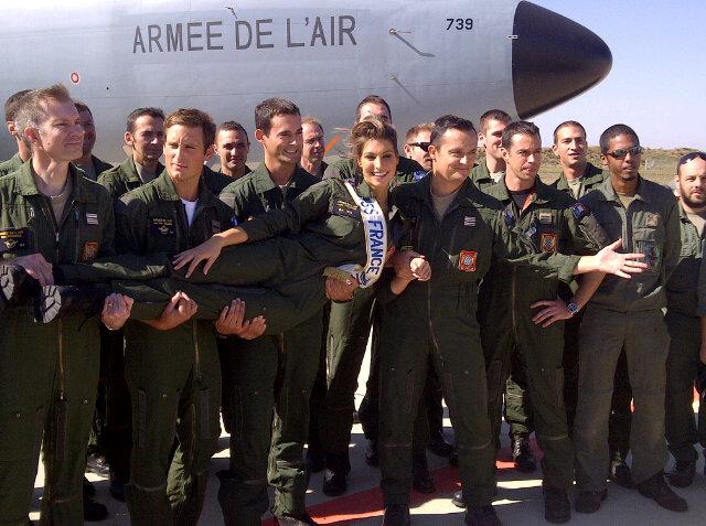 bd35feb3a17b Η Laury σε επίσκεψή της στη Γαλλική Αεροπορία