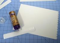 Pegar las tiras de cartulina con cola o pegamento liquido