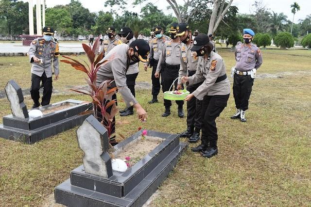 Kapolres Inhu Pimpin Upacara Dan Ziarah Makam Pahlawan Indra Bhakti