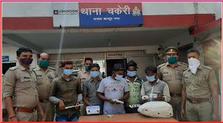 कानपुर: थाना चकेरी पुलिस टीम द्वारा 5 वांछित अभियुक्तों को गिरफ्तार कर कब्जे से चोरी के जेबरात, व 6000/-रूपये बरामद किये