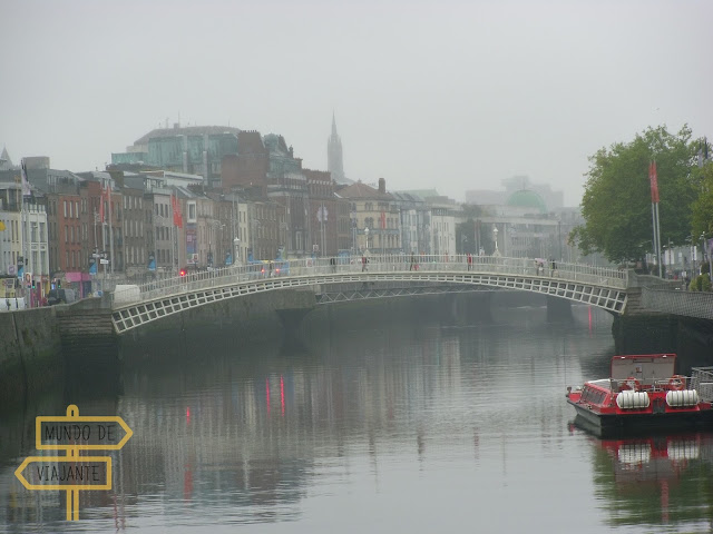 Ha'penny Bridge no Rio Liffey em Dublin - Intercâmbio na Irlanda