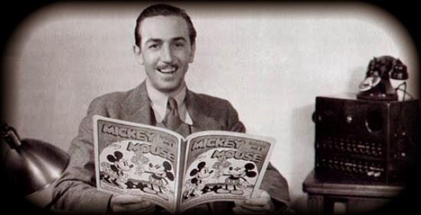 Photo de Walt Disney lisant le journal de Mickey
