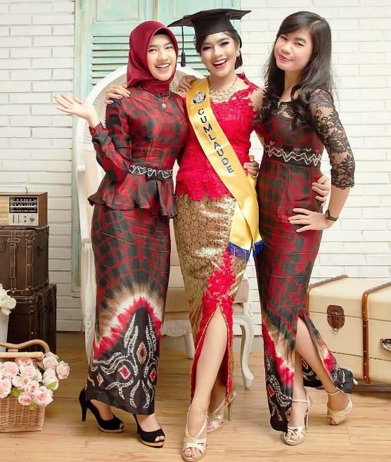 Model Baju Batik Zaskia Mecca: 25+ Koleksi Baju Kebaya Batik Modern Wanita Untuk Pesta