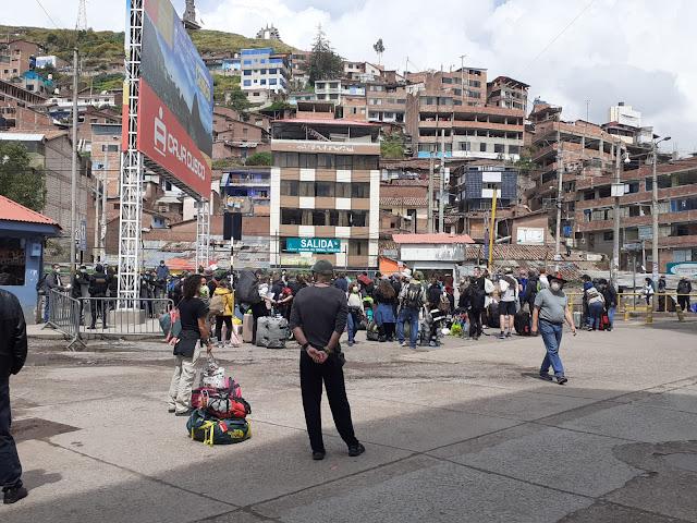 Gente esperando en la estación de bus de Cusco