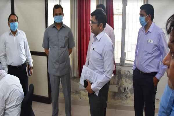 faridabad-dc-yashpal-yadav-visit-corona-control-room-in-sector-12