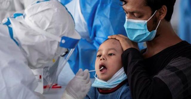 الكشف عن أعراض جديدة لدى الأطفال المصابين بكورونا منها العيون و «لسان الفراولة»