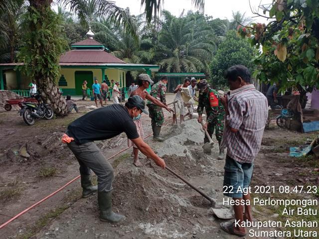 Bukti Kemanunggalan TNI-Rakyat, Personel Jajaran Kodim 0208/Asahan Laksanakan Gotong Royong Cor Jalan Desa