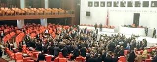 بالفيديو.. تبادل اللكمات في البرلمان التركي