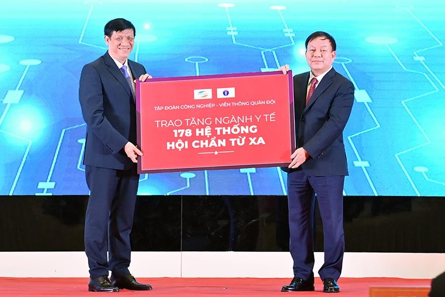 Thiếu tướng Lê Đăng Dũng, Chủ tịch Tập đoàn Viettel trao 178 trung tâm hội chẩn tặng các bệnh viện tuyến trên, tuyến dưới.