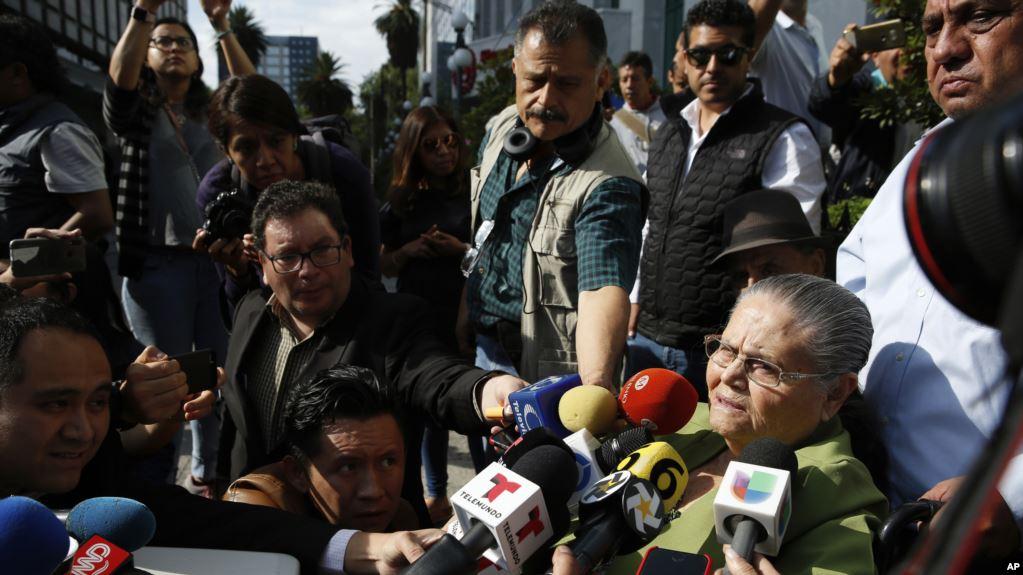 La madre de 'El Chapo' Guzmán fue saludada brevemente por el presidente Andrés Manuel López Obrador / AP