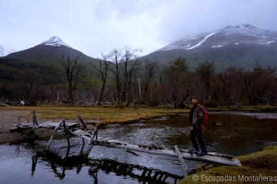 Pasarela precaria en el Valle de Andorra en Usuaria, Argentina.
