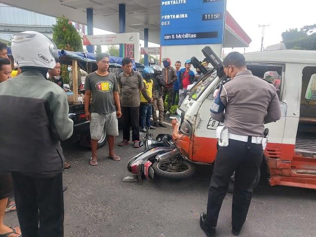 Pemotor Terkapar setelah Seruduk Angkot 05 di Depan SPBU Martadinata