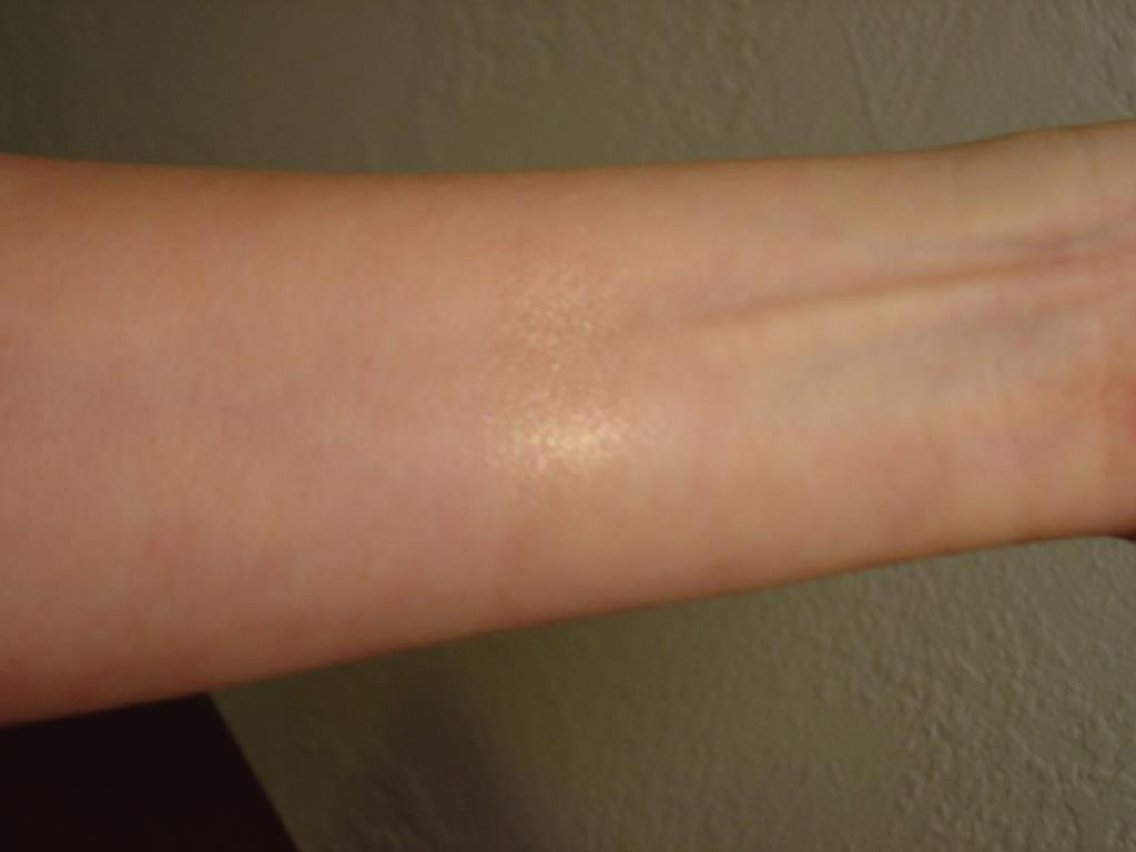 Swatch of Laura Geller Baked Gelato Swirl Illuminator (Gilded Honey)