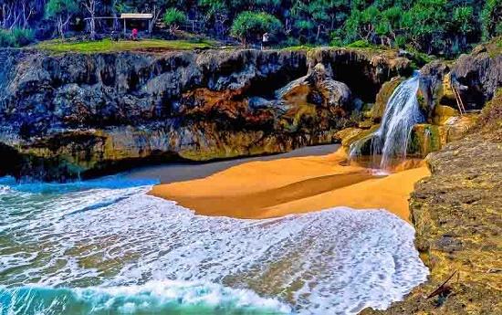 Pantai Tersmbunyi yang ada di Pacitan