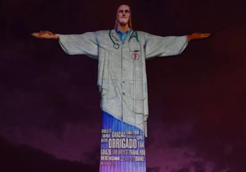 Cristo Redentor 'veste' jaleco para homenagear médicos e enfermeiros