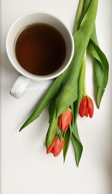 Ceasca ceai si lalele