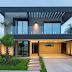 Fachada de casa contemporânea com concreto e metal aparentes em tons de cinza e preto!