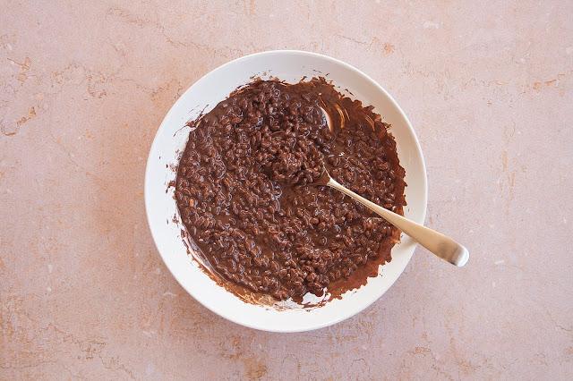 Donuts al cioccolato e riso soffiato step 3