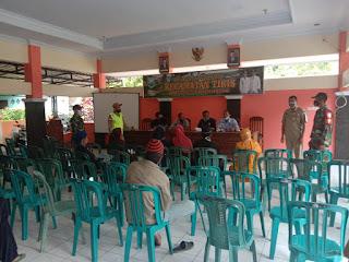 Babinsa Koramil 0820/24 Tiris Bantu Pantau Pembagian BLT-DD 9 Desa di Kecamatan Tiris