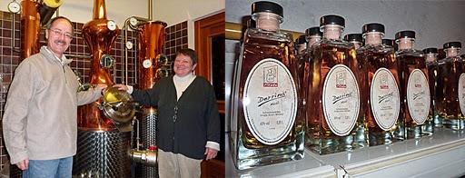 Edith und Walter Fitzke vor ihrem Whisky-Brenngerät und Whisky-Flaschen
