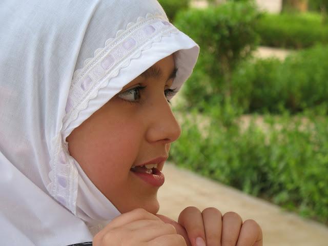 ヒジャブを被る女の子ムスリム