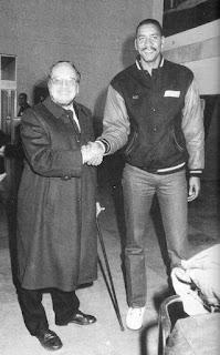El president del TDK Manresa, Carles Casas, rep al jugador George Gervin a l'aeroport de Barcelona el gener de 1990. Fotografia: Jordi Serra (Regió7)