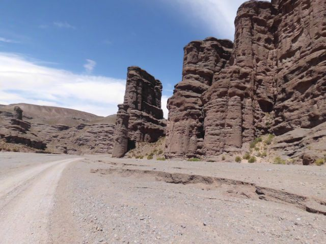 Besonders imposant die Felsformationen am Straßenrand