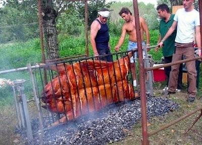 Männer grillen beim Campen lustig - Viel Fleisch zum essen