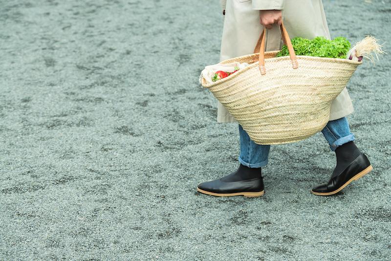 Señora con cesto de la compra de mimbre