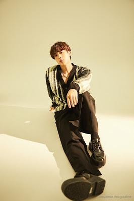 Jin siedzący na podłodze z lewą nogą zgiętą w kolanie