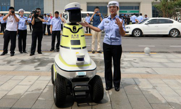 الصين تكشف عن أول روبوت-شرطي مرور!