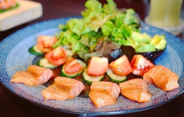 Καλοκαιρινή σαλάτα με σολομό και αβοκάντο
